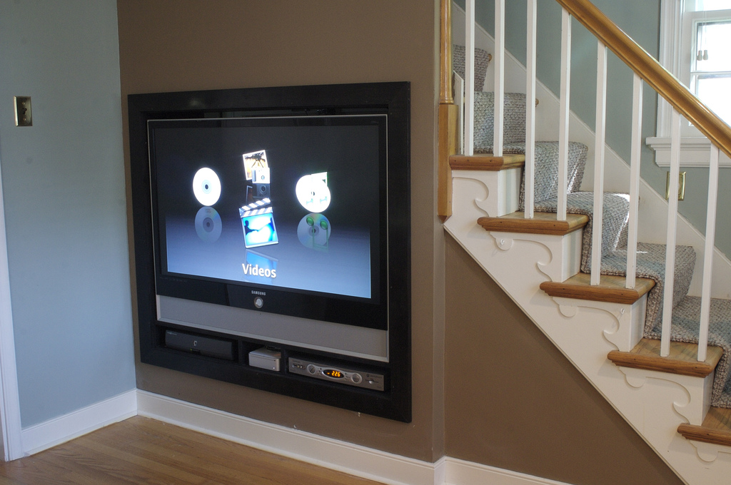 Ideas for space under stairs - Tv small spaces design ...