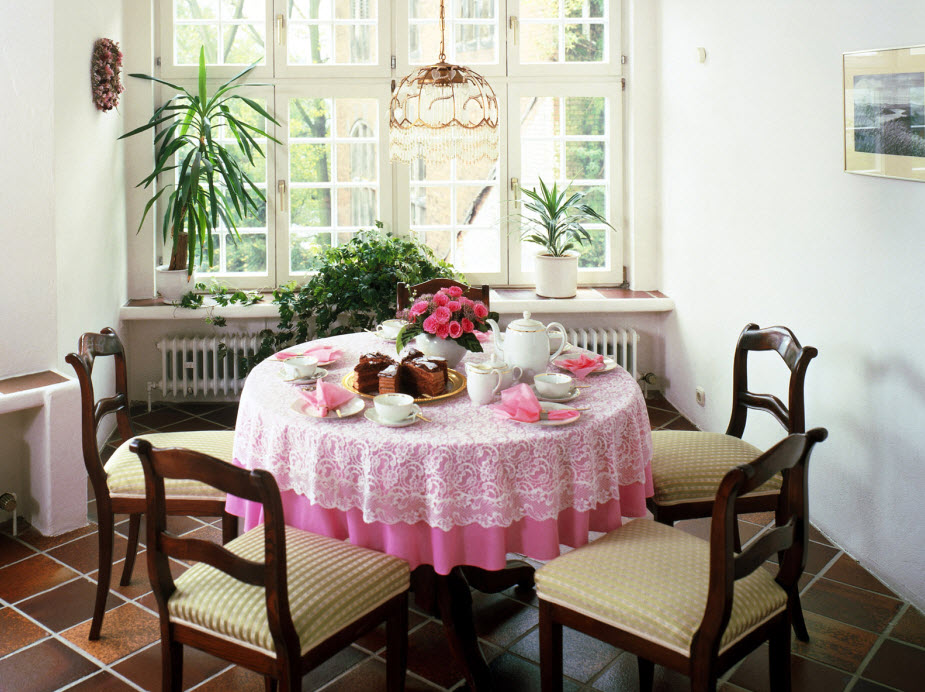 Cute and small dining spaces - Dining room table decor ...