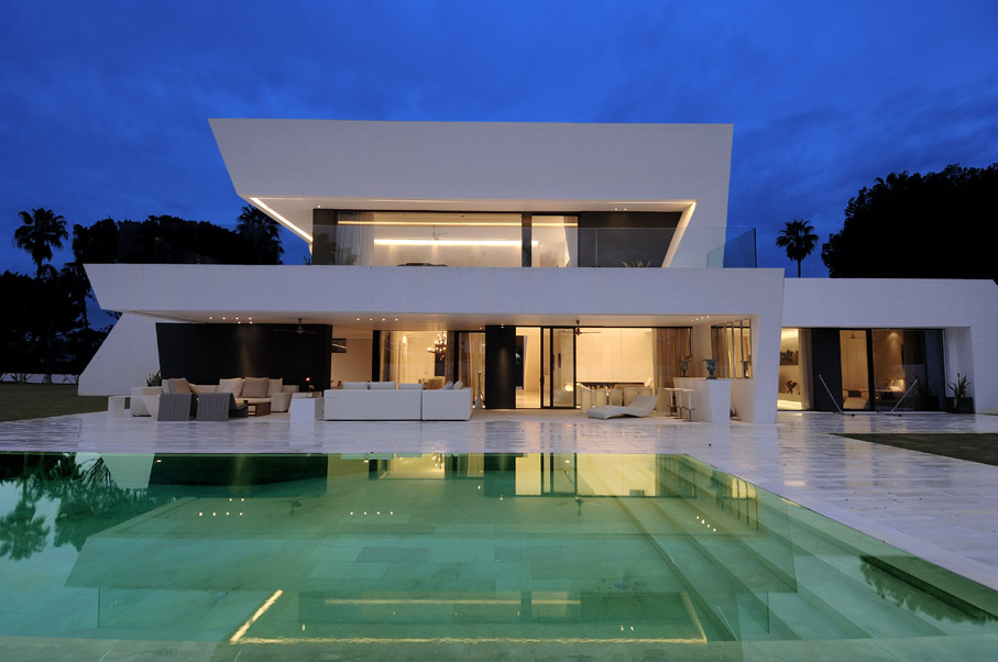 Beautiful all white house with pool for Minimalist house spain