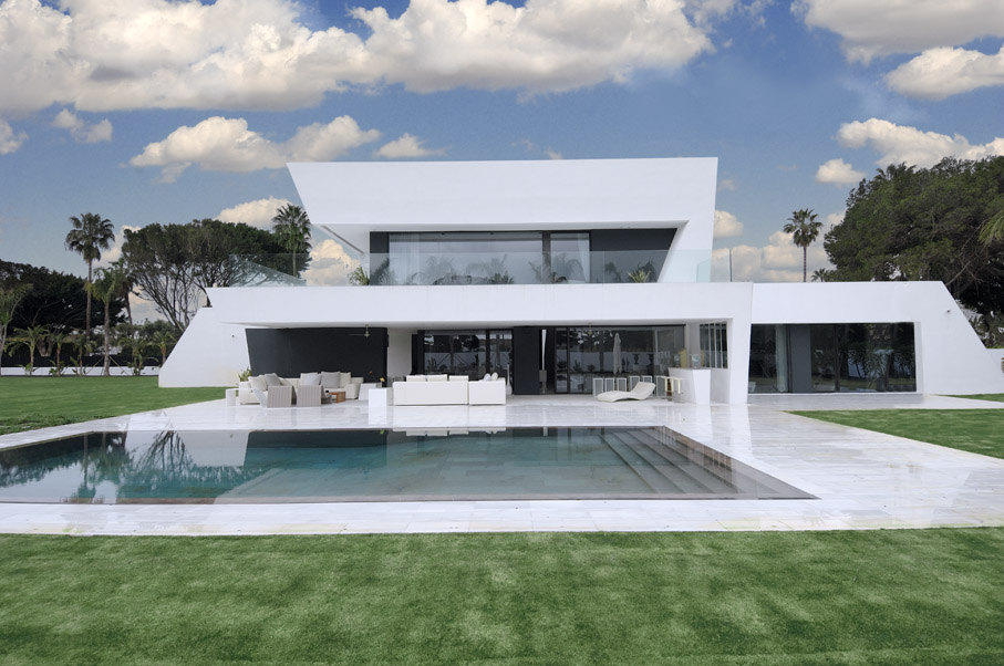 Beautiful all white house with pool for Maisons contemporaines de luxe