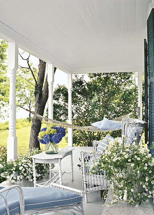 Creating outdoor spaces for country living for Country style porch