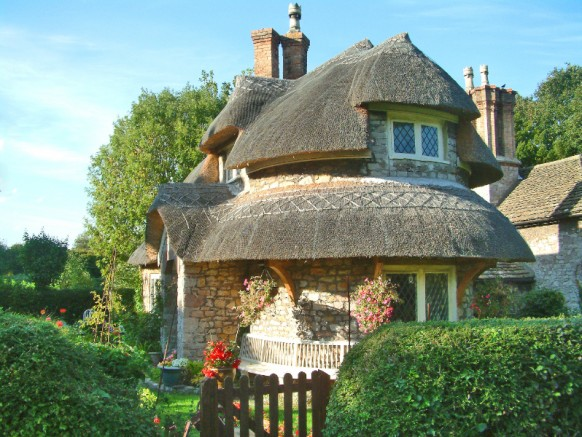 Los conejitos Cottage-Homes-rounded-thatched-roof-582x437