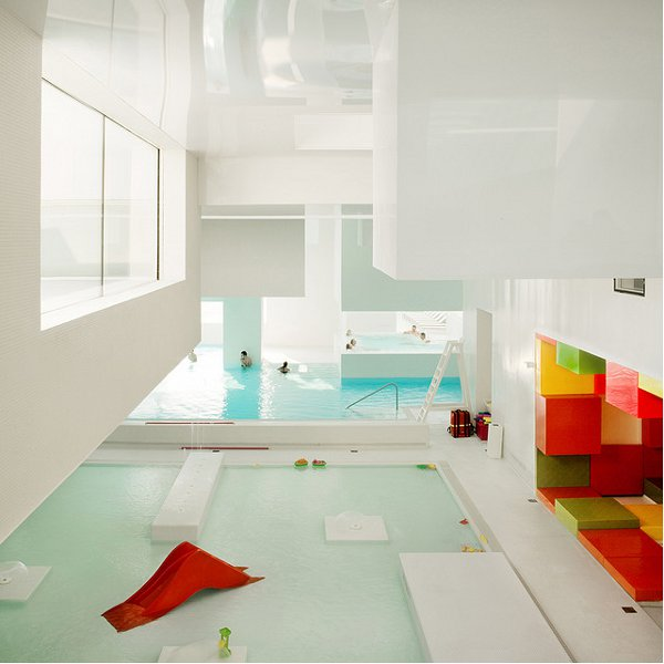 Indoor pool inspiration an aquatic center in france for Salle de bain de reve