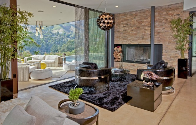 The enviable views create living wall murals, complimented by natural wood and exposed stonework that contrast against ultra chic lighting arrangements and a slick furniture collection.