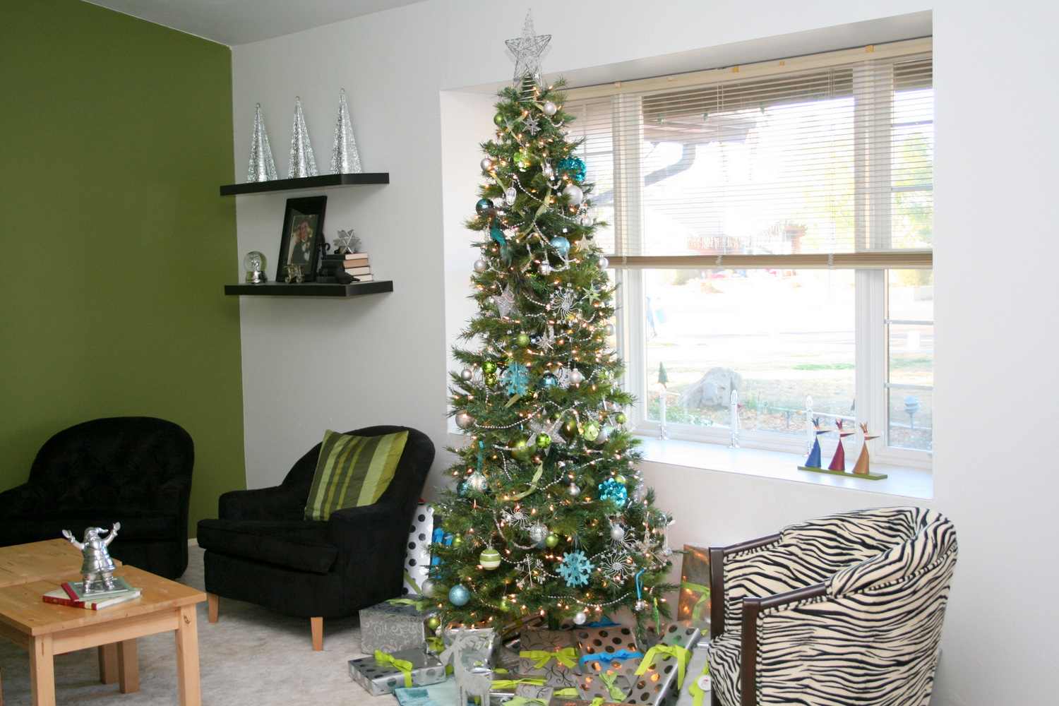 Decorating tips for a modern merry christmas for Modern christmas decorations online
