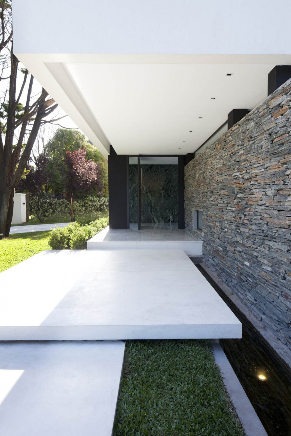 Carrara house by andres remy arquitectos - Home entrance stairs design ...