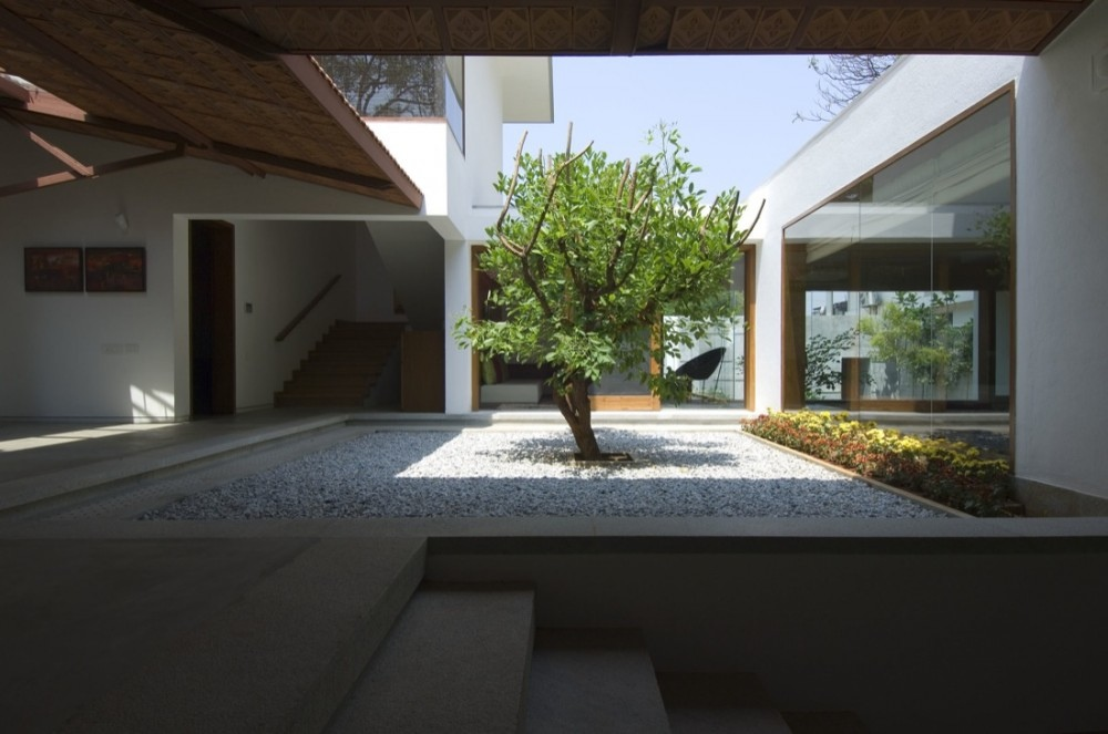 1 Central Tree And Pebble Courtyard Interior Design Ideas