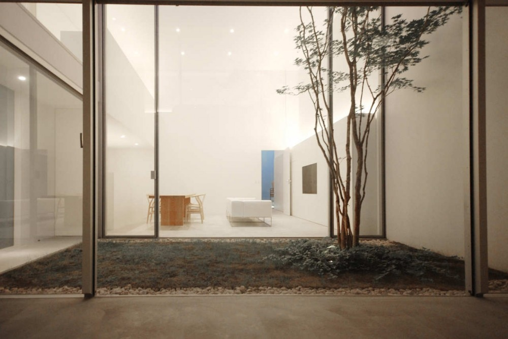 14 internal courtyard minimalist interior design ideas for Minimalist house with courtyard