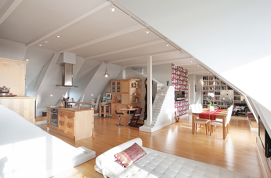 Stockholm attic with stepped walls steep ceilings for Arredare mansarda