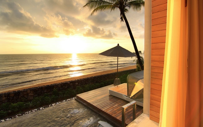 A series of beachfront villas take full advantage of the location, with the privilege of panoramic sunsets across the vast ocean horizon from the comfort of their suite, and some boasting an additional cozy garden as well as a deck, adding another dimension of natural harmony to the design.