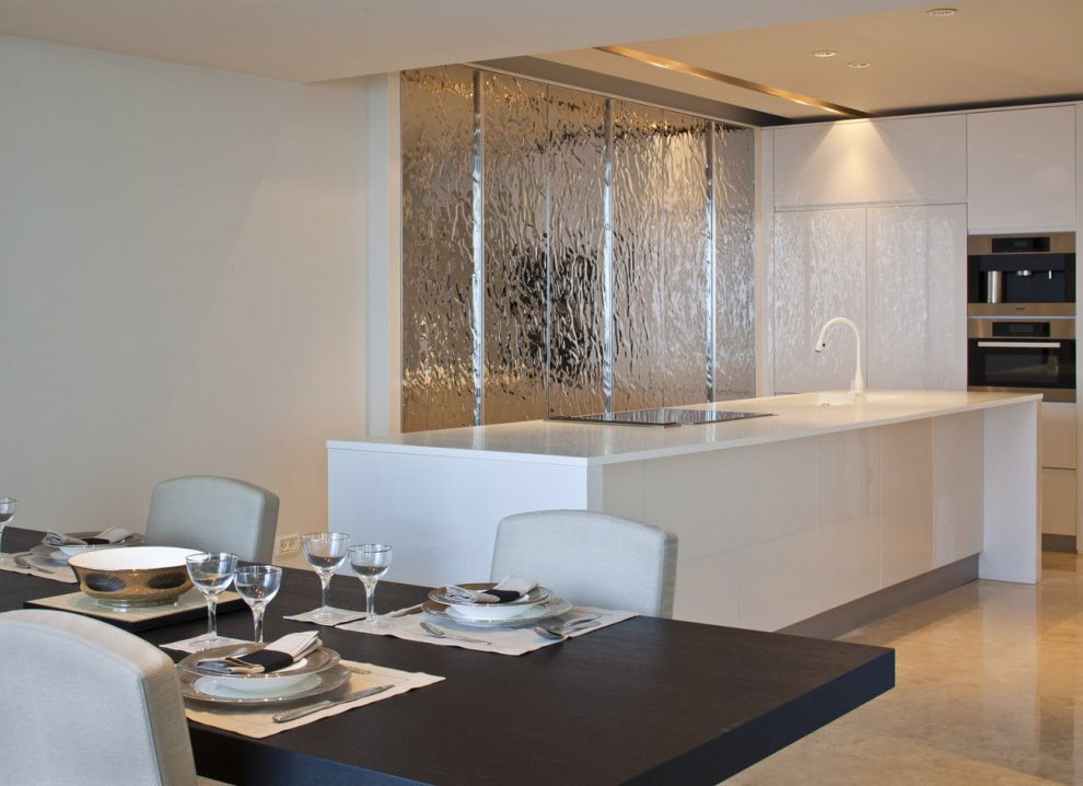 White kitchen island silver feature wall interior design for Feature wall interior design