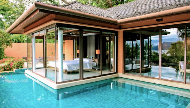 This infinity pool here wraps around the dwelling, like an old-world castle moat that protected from intruders. The enveloping effect of the water gives the building a floating effect, almost as though the clear walled bedroom is aboard a raft, rocking on the waves.