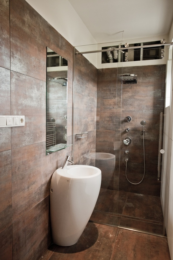 Brown bronze bathroom tile interior design ideas - Salle de bain etroite ...