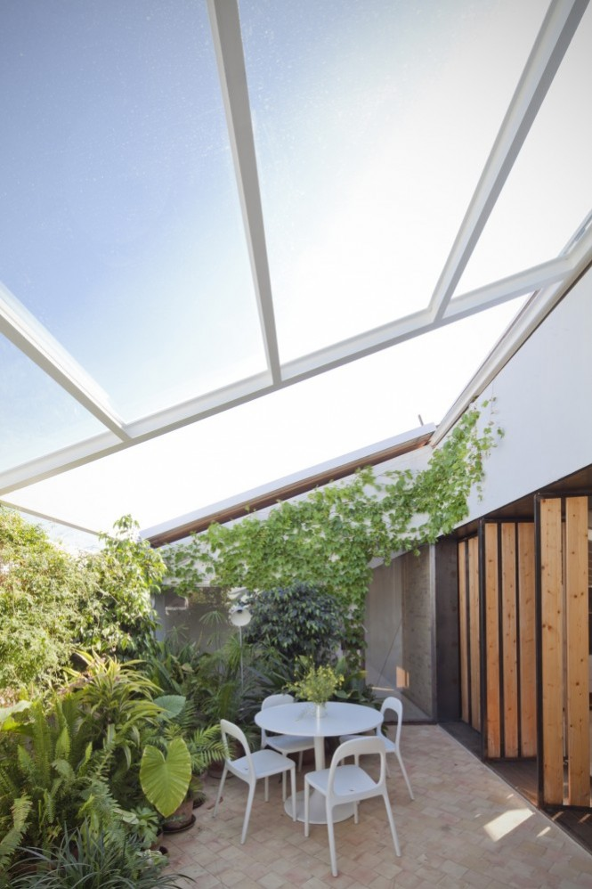 The 4 meter long cover can also be moved northeastward toward a porch, to give shade to the terrace during mid-summer.