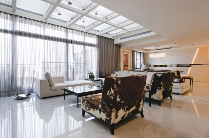An outdoor balcony runs the length of the living area, and the view through the seven meter wide floor to ceiling glazing can be also be enjoyed from the adjacent kitchen that faces outwards for entertaining. An ultra long electric roller canopy with transparent white grill, to allow light to flow through, was imported from Germany especially for the project.