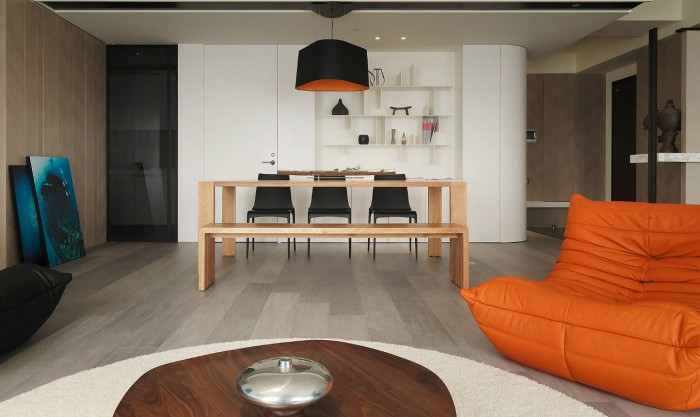 A dining bench on one side of the suite allows the eye-line to flow more freely up and over the eating space by simplifying the overall silhouette.