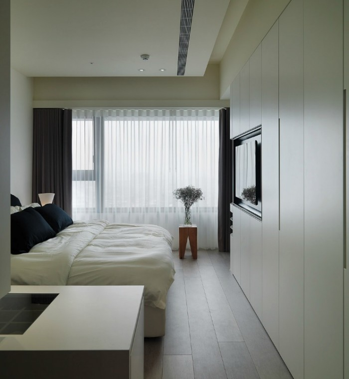 Fitted wardrobes in the bedroom have been designed in a handleless run to give an uncomplicated streamlined look.