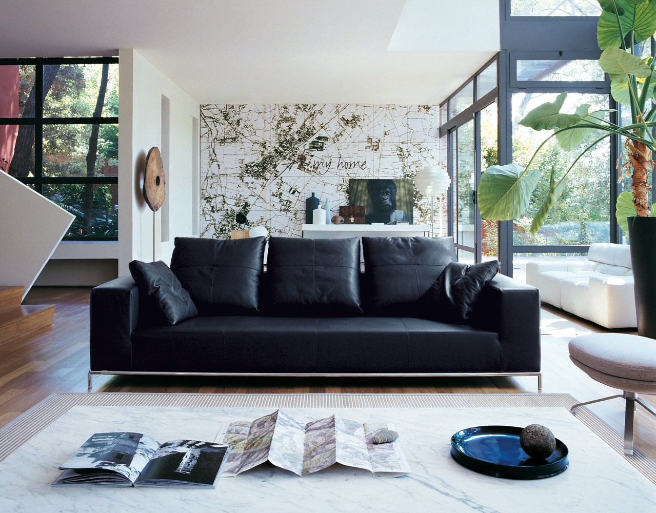 Black leather sofa interior design ideas for Living room ideas with black leather sofa