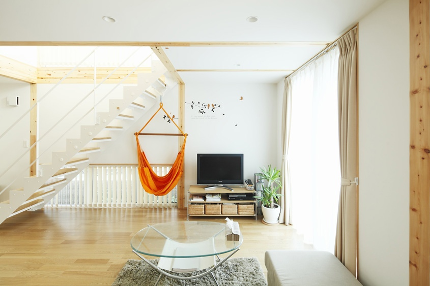 Bare Essential Furnishings Keep This Living Space From Feeling Cramped
