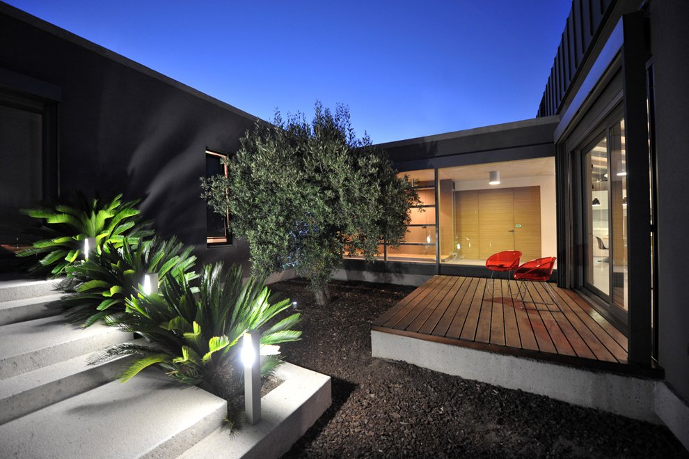 Exterior modern courtyard 2 interior design ideas for Modern courtyard house designs
