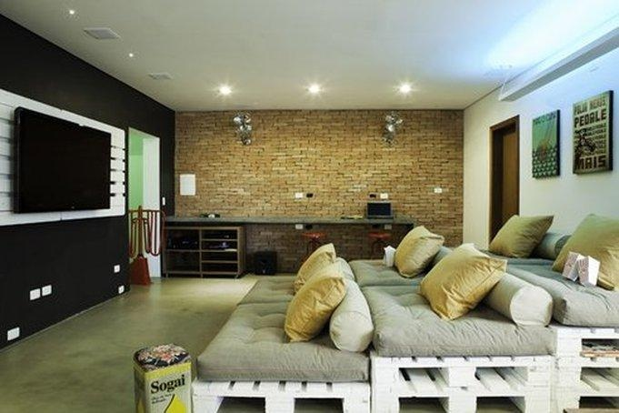 30 basement remodeling ideas inspiration for Small entertainment room decorating ideas