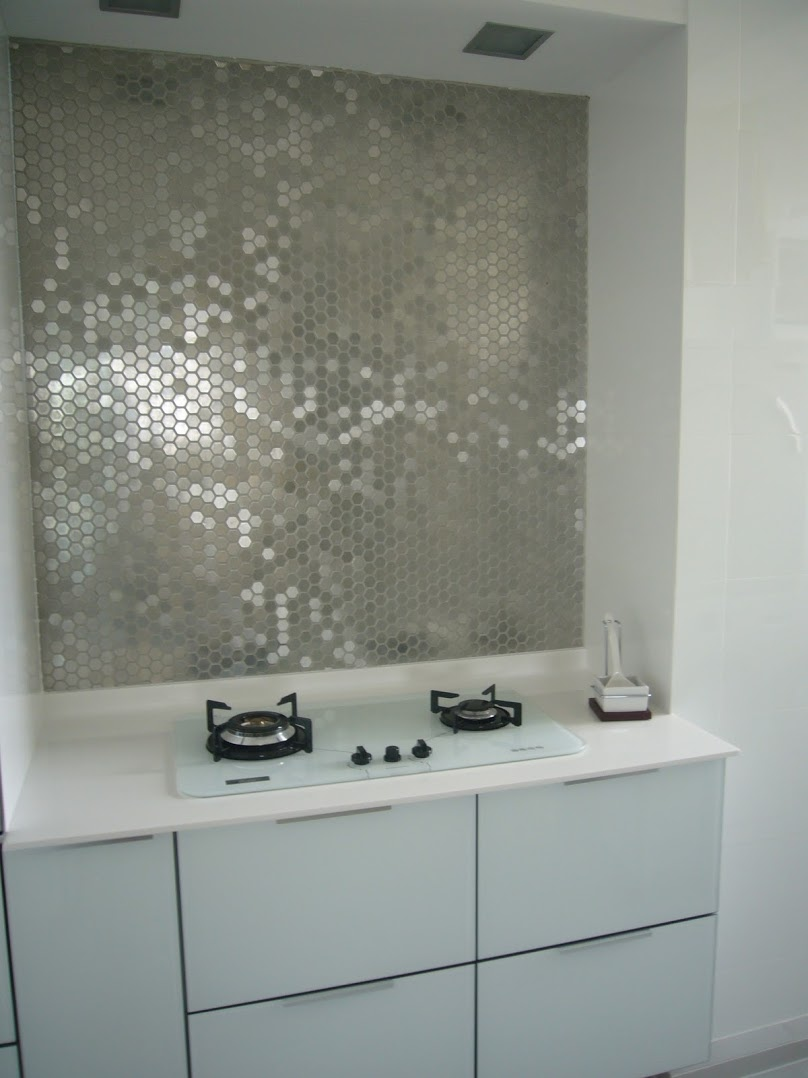 Metallic mirrored tile backsplash interior design ideas Bathroom designs with tile backsplashes
