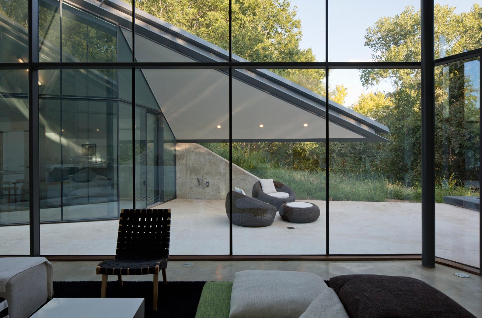 Paneled glass walls of pit house outdoor interior design for Modern glass window design