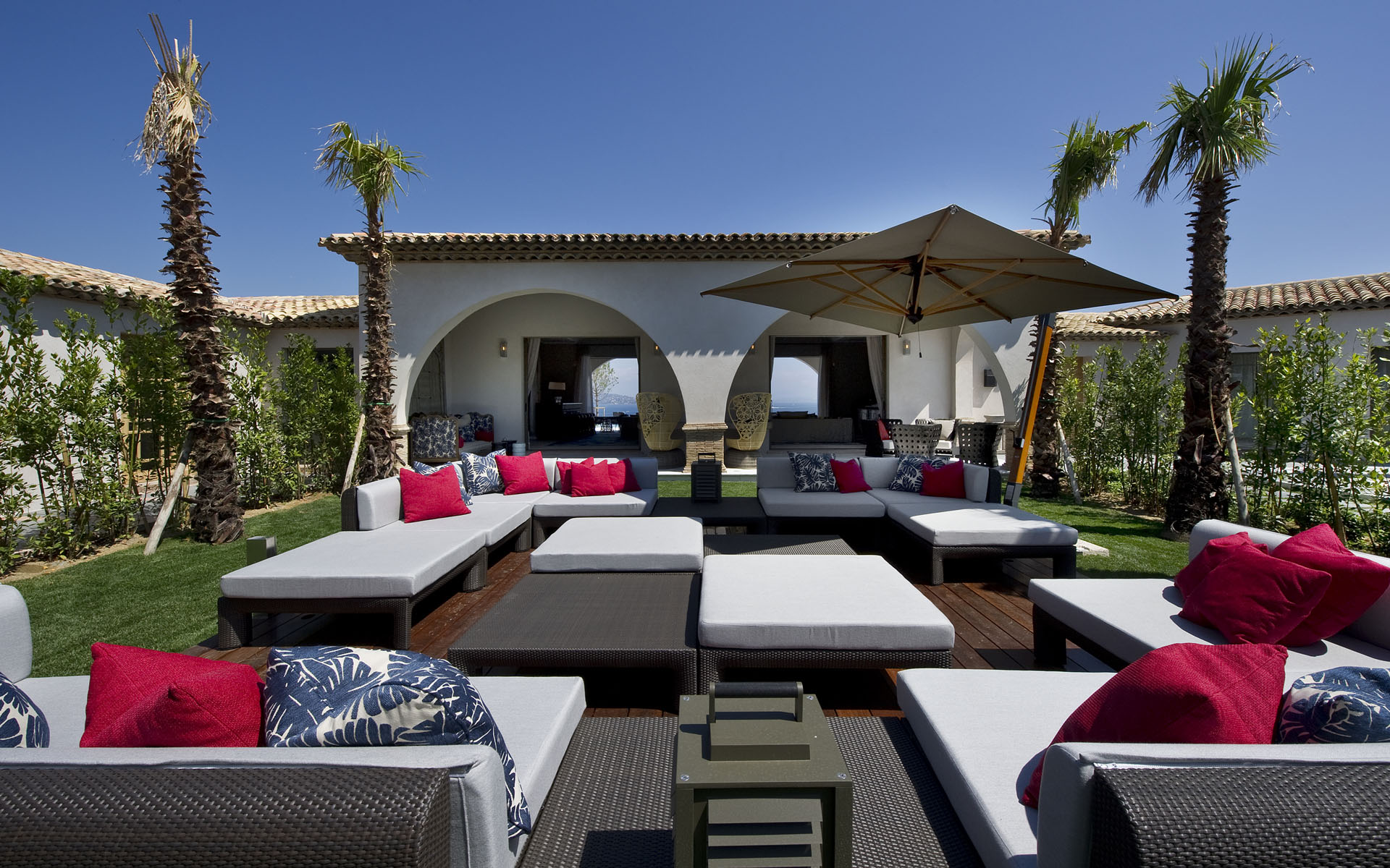 http://cdn.home-designing.com/wp-content/uploads/2013/02/sunlit-outdoor-lounge.jpg