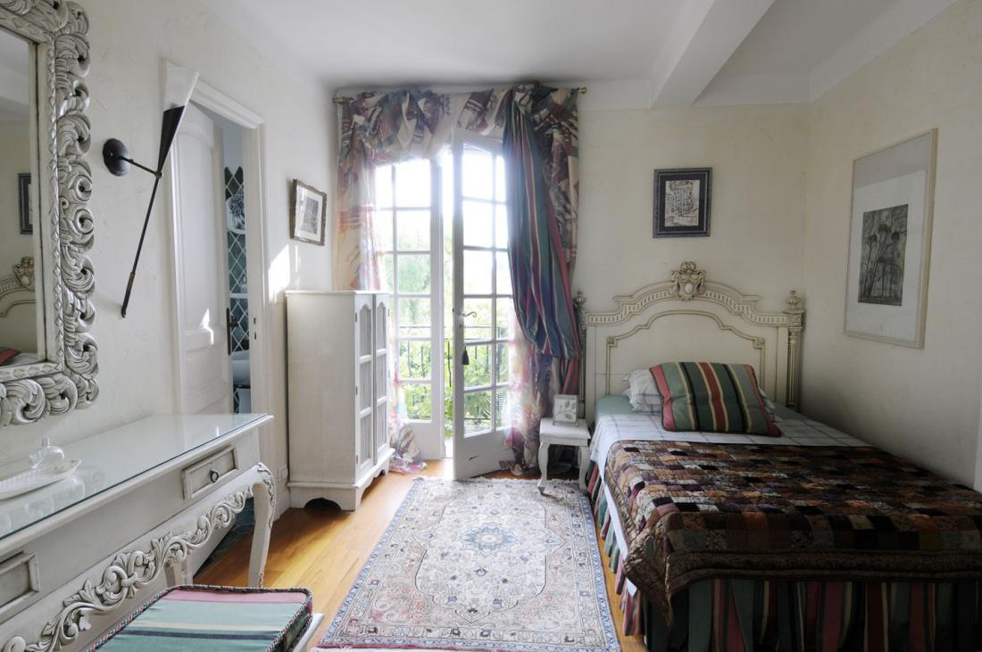 Bedroom single french country interiors interior design for Country interior designs