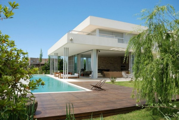 Exterior modern white Agua House Pool and garden