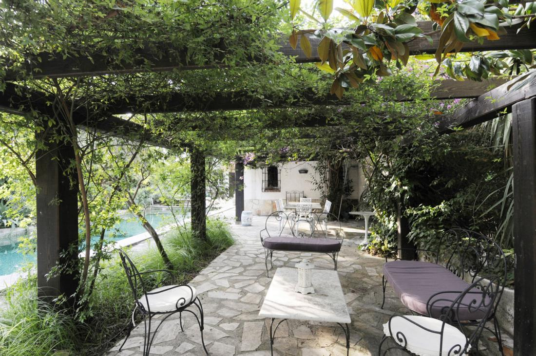 Pergola with cast iron outdoor furniture and twining - Adornos para jardines exteriores ...