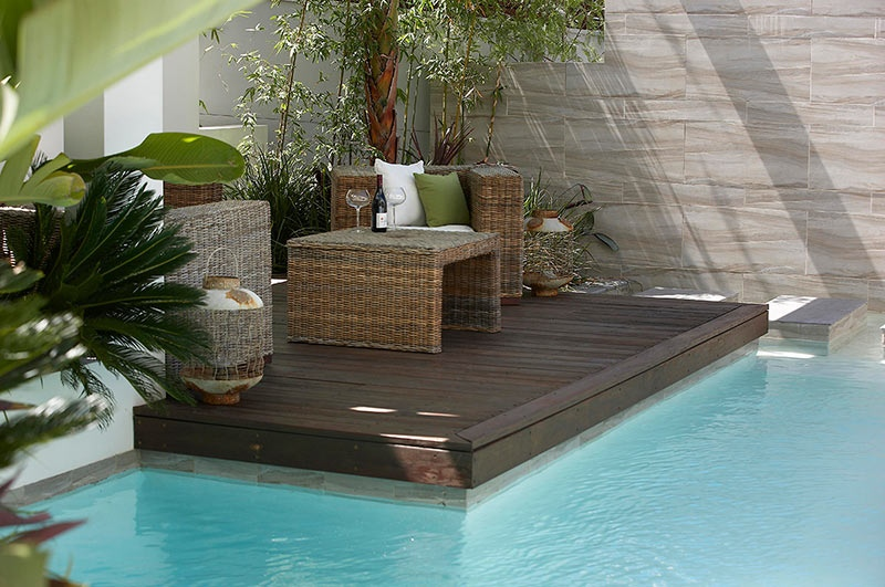Custom pool area close up of covered patio lounge - Idee amenagement terrasse exterieure ...