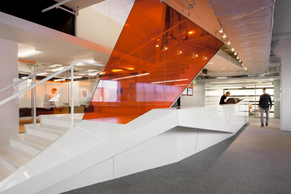 Kayak startup tech office glazed interiors in reflective for Bureau high tech