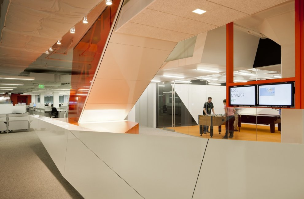 Cool startup tech office of the week kayak for Bureau high tech