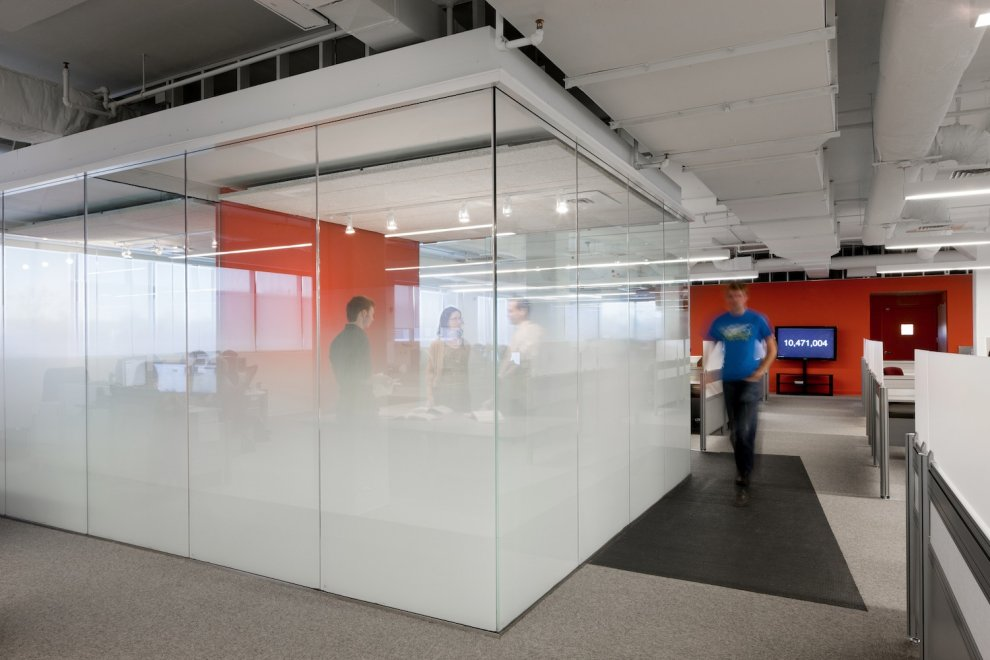 Cool startup tech office of the week kayak for Cube interiors