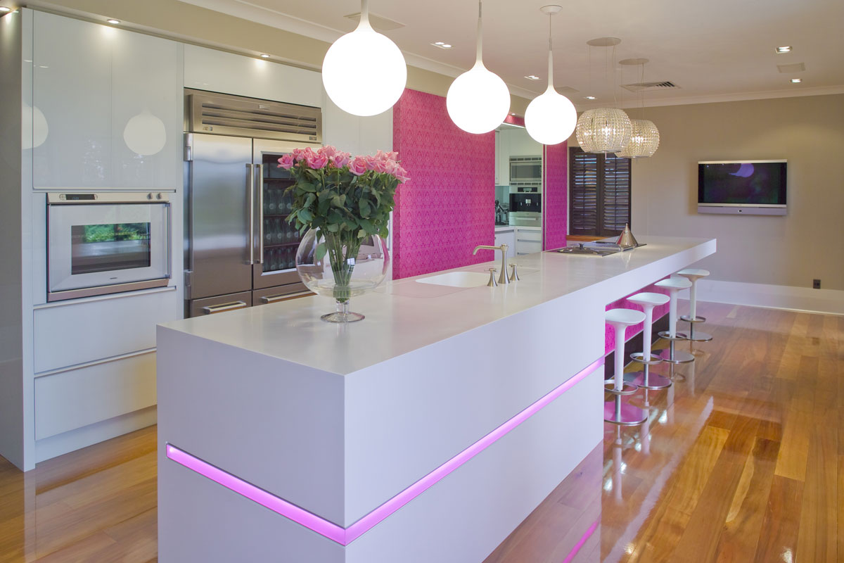 Pink kitchen white counter interior design ideas for Modelos de cocinas modernas