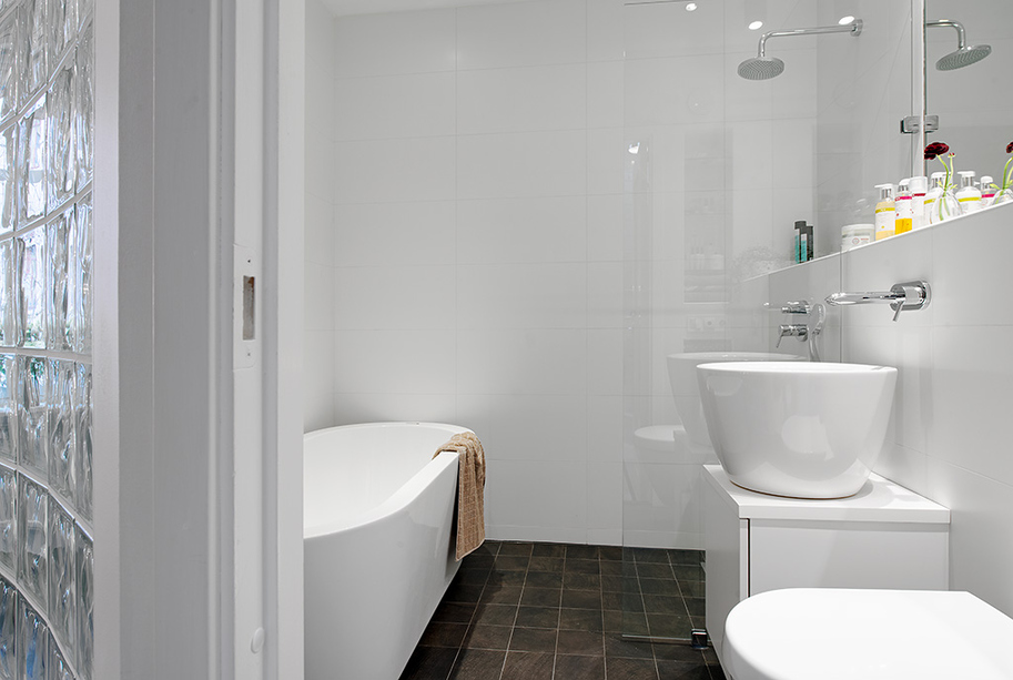Q urban apartment with terrrace monochrome bathroom with for Urban bathroom ideas