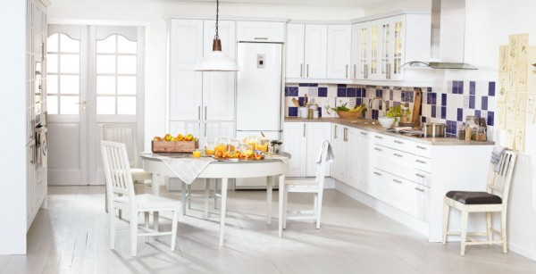 The timeless Lindo oak pure white kitchen will never go out of style. Boasting Swedish blue and white tiles, unique display cabinets and laminate worktops, this space is a home chef's dream.