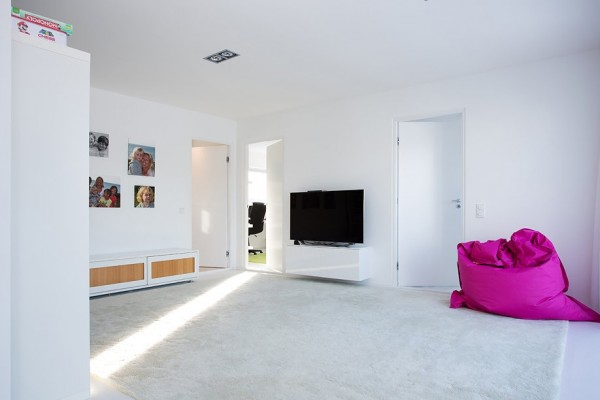 This large entertainment room provides plenty of space to stretch out, play games, watch TV and lounge. The large white carpet keeps the canvas white but adds comfort and warmth to the tile floor.