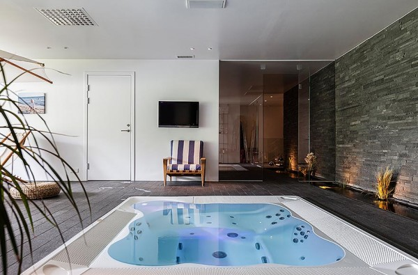 A jacuzzi pool for six provides more than enough room to stretch out and relax. A shallow water feature runs the length of the wall providing a natural element.