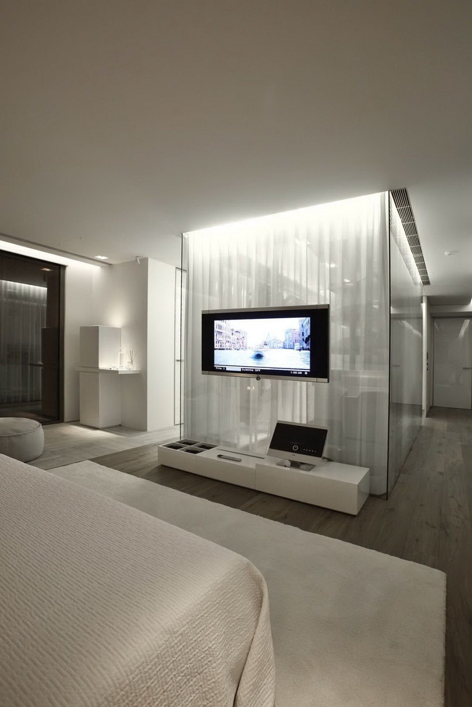 Large Bedroom Television - Bold cosmopolitan house in istanbul