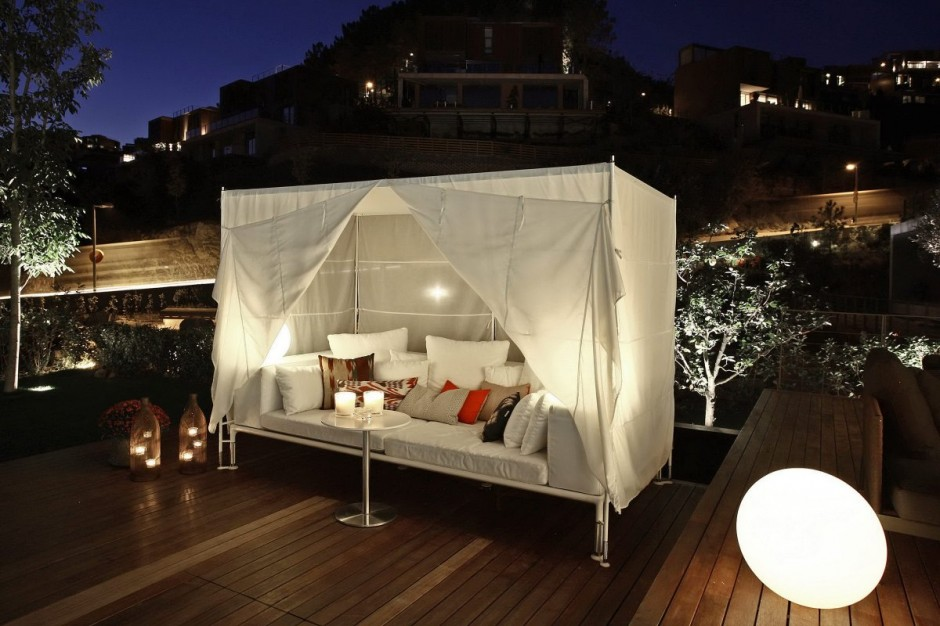 Outside Canopy Bed - Bold cosmopolitan house in istanbul