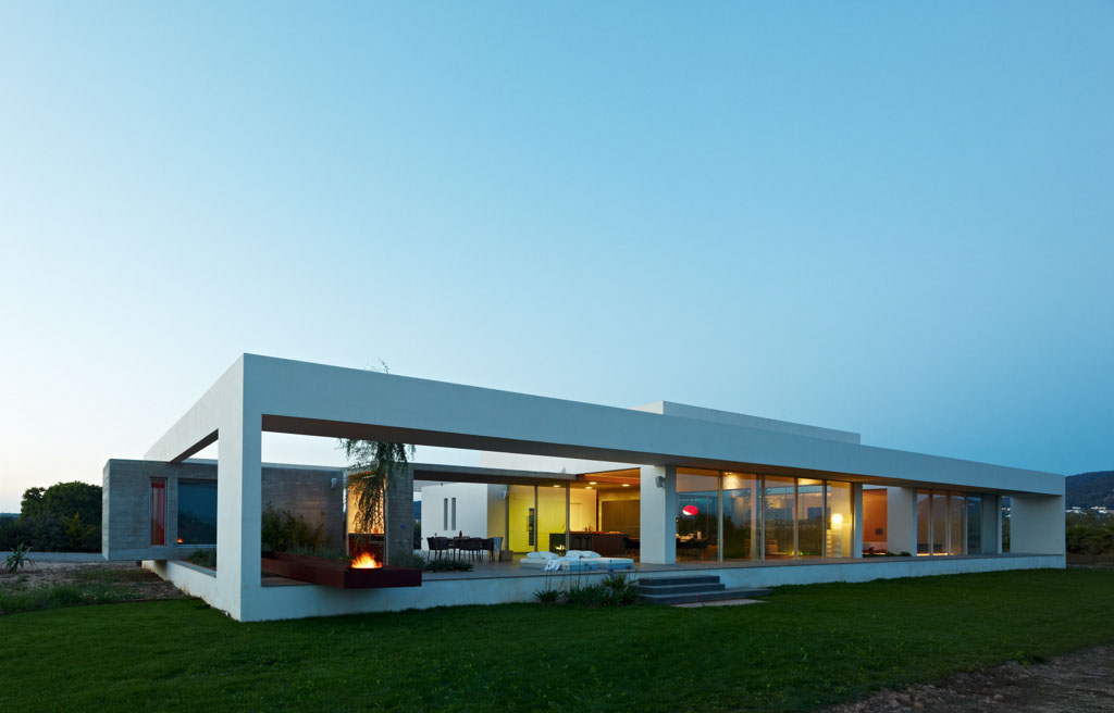 Minimialist house blends easily with natural surroundings for Minimalist moving house