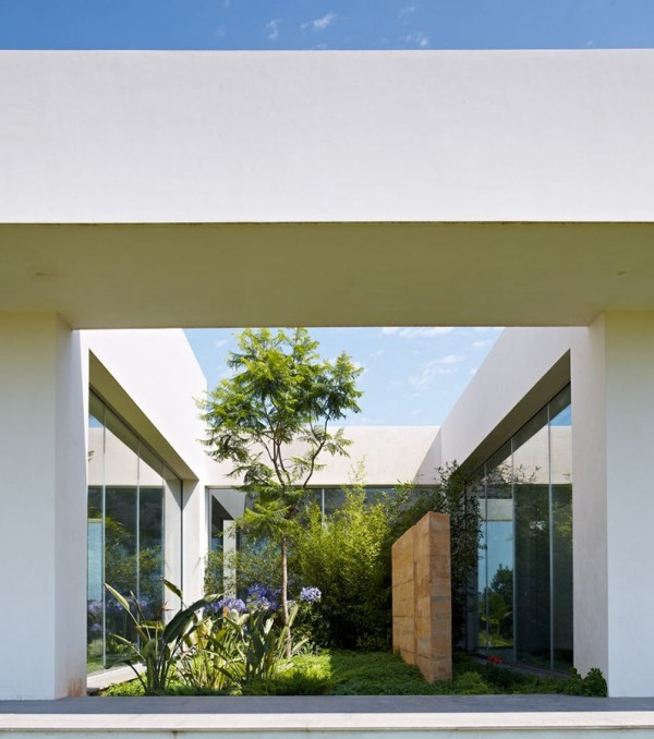minimialist house blends easily with natural surroundings
