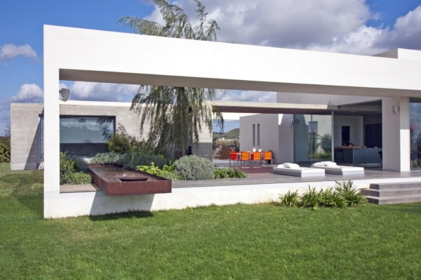 Minimialist house blends easily with natural surroundings for Casa minimalista 1 planta