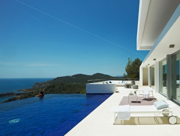 No seaside villa would be complete with many places to entertain and enjoy the unique atmosphere of the island. The dining area gives way to an infinity-edge pool that makes it feel as though you could swim right into the sea. An outdoor lounge area for pre- and après-swim socializing is the final indulgent touch.