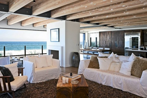With a home that's so close to the ocean, the crashing waves act as a built in white noise machine, perfect for unwinding from a day on set or even recovering from a phone call with Janice.