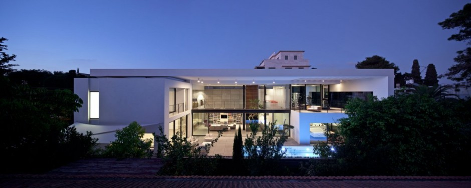 Contemporary bauhaus style home in haifa for Modern white house