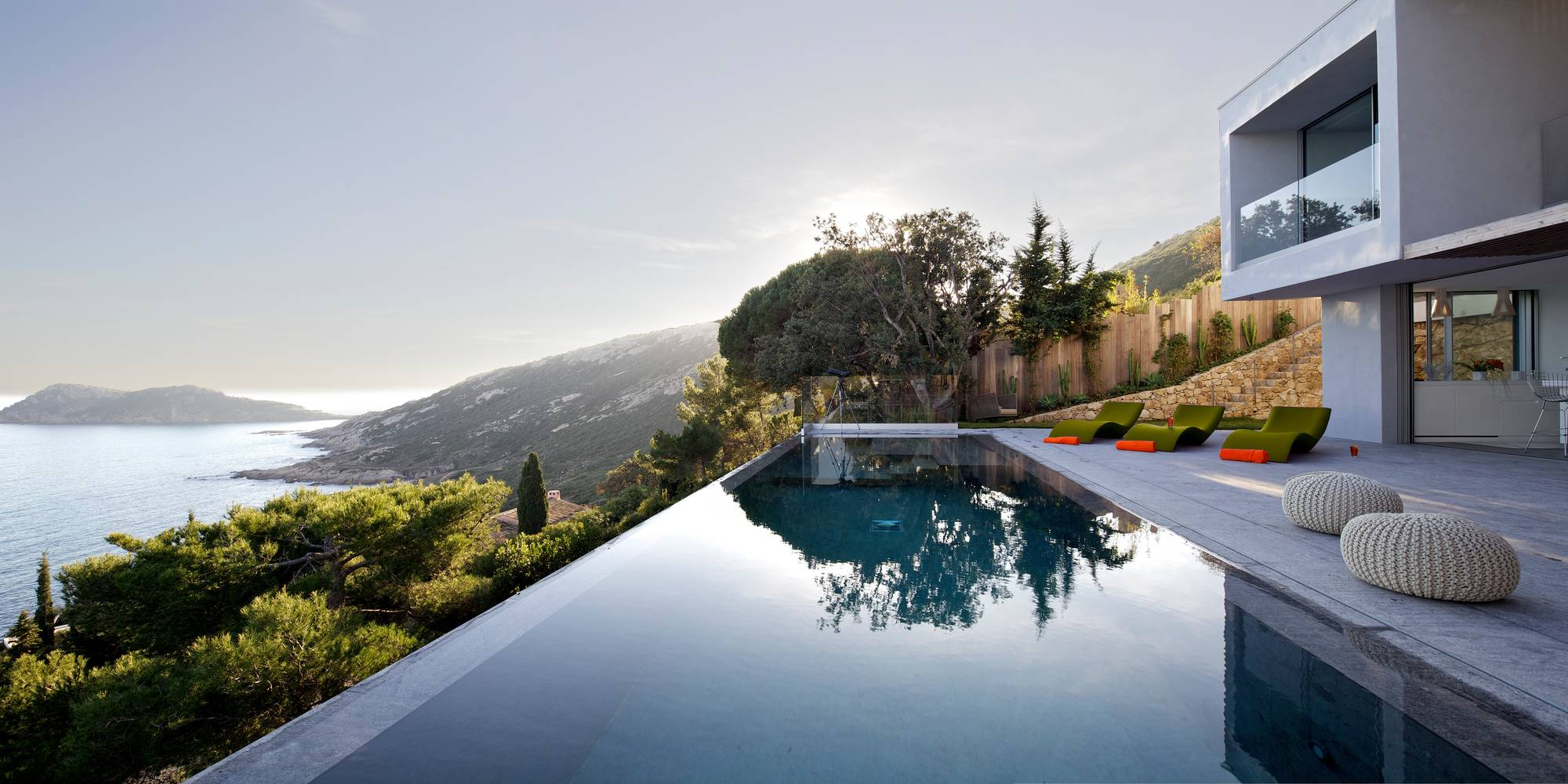 Architect 39 s villa in saint tropez for Pool villa design