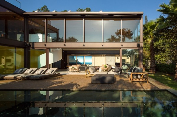 A chic laid-back energy flows freely from inside to out at this home, where four out of six enormous glass panels disappear, and fresh air fills the open plan space. A choice of interior and exterior lounge areas make this a great place for entertaining and relaxation.